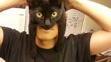Il se transforme en Batman grâce à son chat