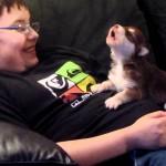 Un enfant apprend à un chien à hurler !