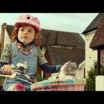 Une petite fille sur un vélo et son chat chantent pour SingitKitty